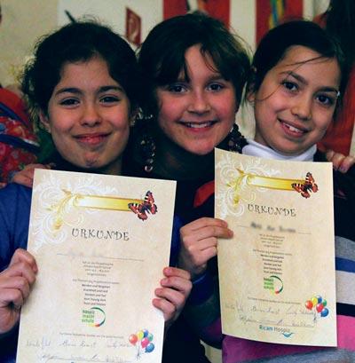 """Schülerinnen des Projekts """"Hospiz macht Schule"""" mit einer Urkunde"""