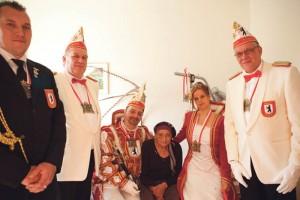 Frank I. und Claudia I. posierten mit ihrer Gefolgschaft, zwei Adjutanten und dem Fahrer des Karnevalsgefährts, für ein Foto.