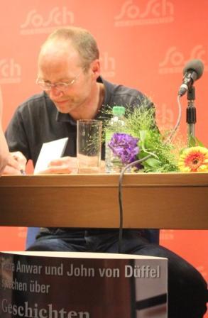 """John von Dueffel signiert ein Exemplar von """"Geschichten vom Sterben"""""""