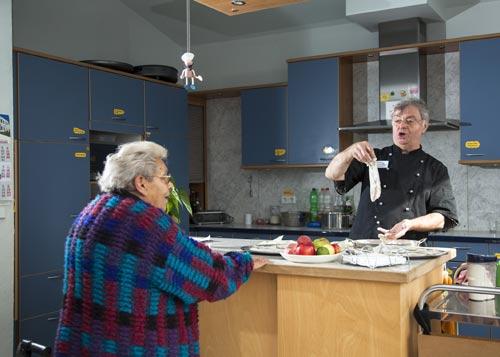 (C) Annette Hauschild - www.ostkreuz.de Joachim Vetter beim Kochen mit einer Patientin