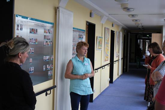 Karen Marsollier, stellvertretende Pflegedienstleiterin, führt durchs Hospiz