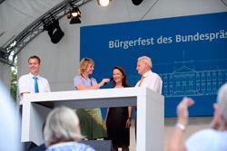 Daimler stellt seine ProCent-Initiative vor. Das Ricam Hospiz hat für den Umbau der Küche ebenfalls eine ProCent-Spende in Höhe von 5.000 Euro erhalten. v.l.n.r. Ralf Bettac (Daimler), Andrea Vannahme(rbb), Dorothea Becker(Ricam Hospiz) und Reinhard Feider(Daimler)