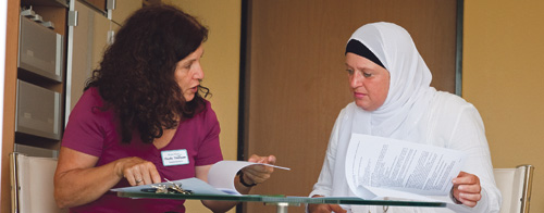 Claudia Thielmann (l.) berät Patienten und Angehörige
