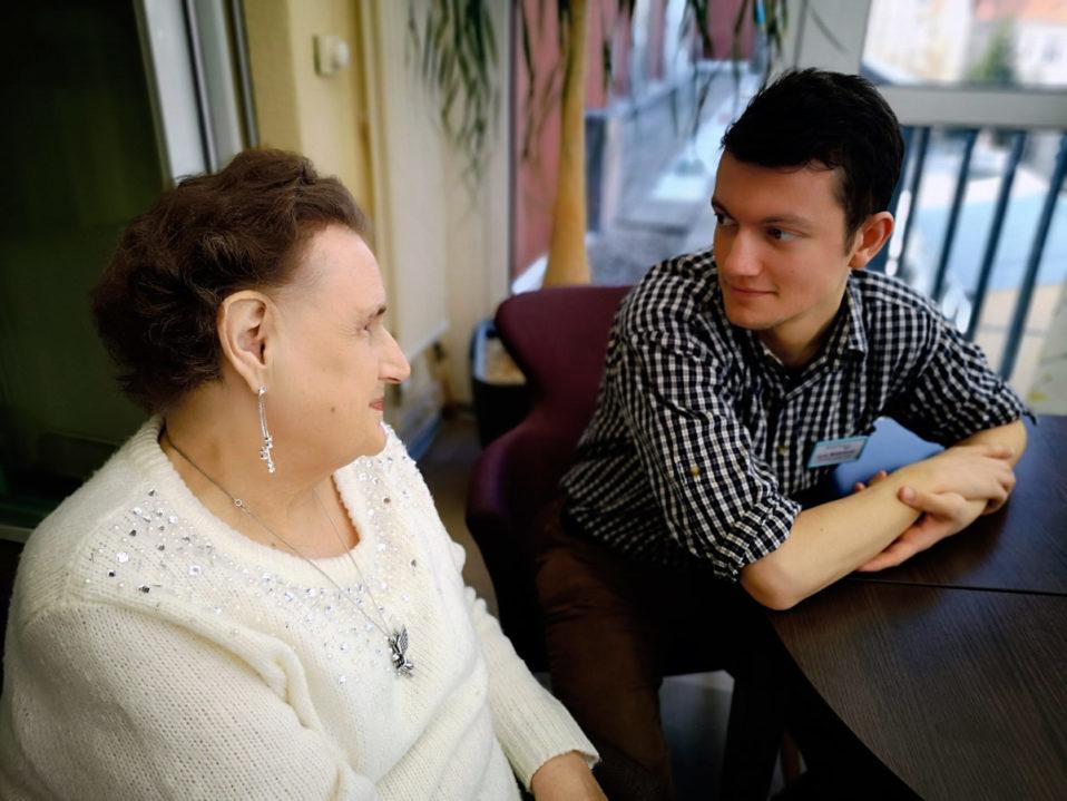 Der Sozialarbeitspraktikant im Gespräch mit einer Patientin Unten: Kaffeerunde. Eine gute Möglichkeit, den Menschen zu begegnen, die im Hospiz leben