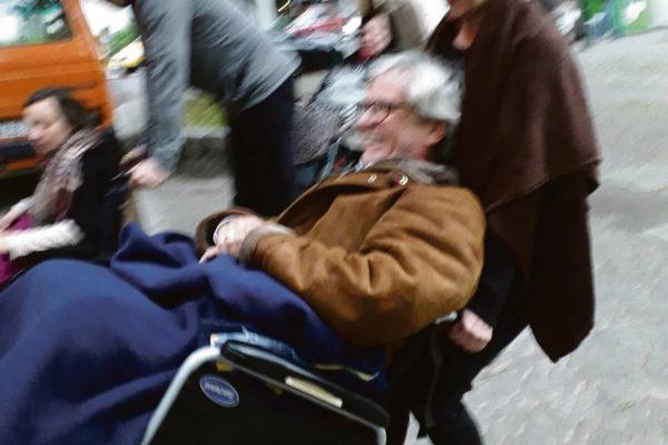 Rollstuhltraining vor den Seminarräumen des ambulanten Ricam Hospizes - Sterbebegleitung Ehrenamt Kurs Ricam Hospiz Berlin